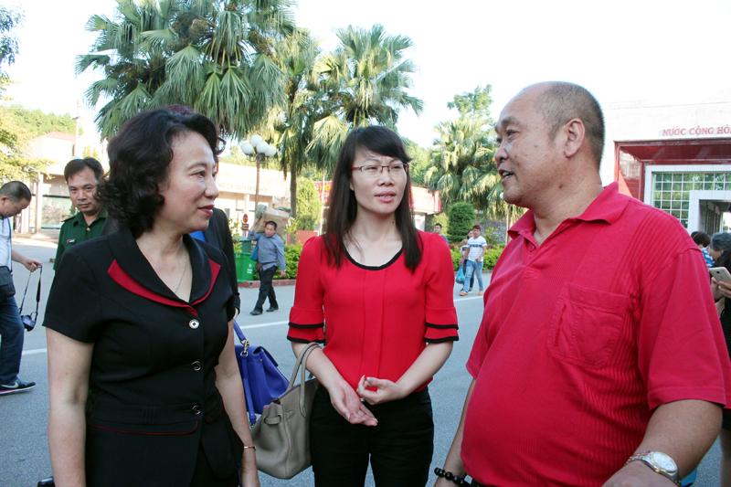 Đồng chí Vũ Thị Thu Thủy, Phó Chủ tịch UBND tỉnh trao đổi với khách du lịch Trung Quốc tại cửa khẩu Móng Cái